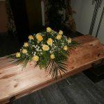 Sargdecke mittel mit gelben Rosen