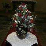 Urnenkrone mit Schleierkraut und Rosen